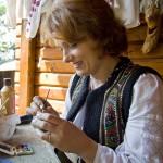 Mesterul popular Ionela Lungu in atelierul de langa Cetatea Neamt