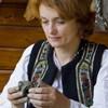 Mesterul popular Ionela Lungu modeleaza o figurina de lut