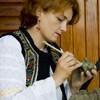 Mesterul popular Ionela Lungu picteaza o figurina de lut