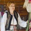 Mesterul popular Ionela Lungu in fata atelierului de langa Cetatea Neamt